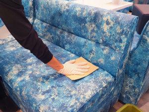 椅子の手作業除菌拭き上げ