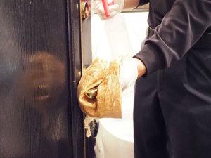 トイレの扉 手作業除菌拭き上げ