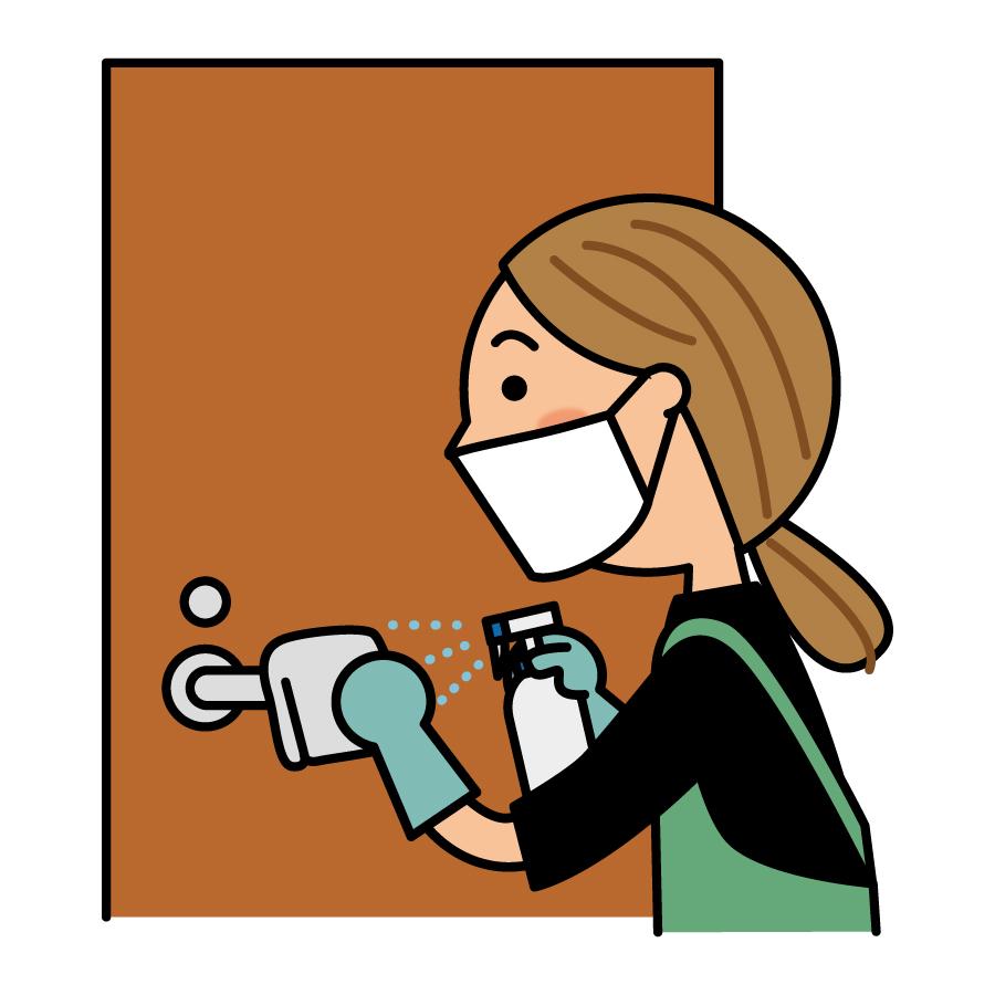 ドアノブを除菌する女性